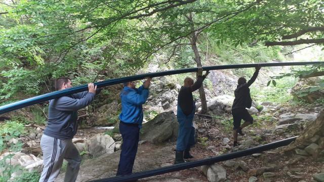 Доброволци от Столетово и Кърнаре се включиха в акция за справяне с проблема с лятното безводие в двете села