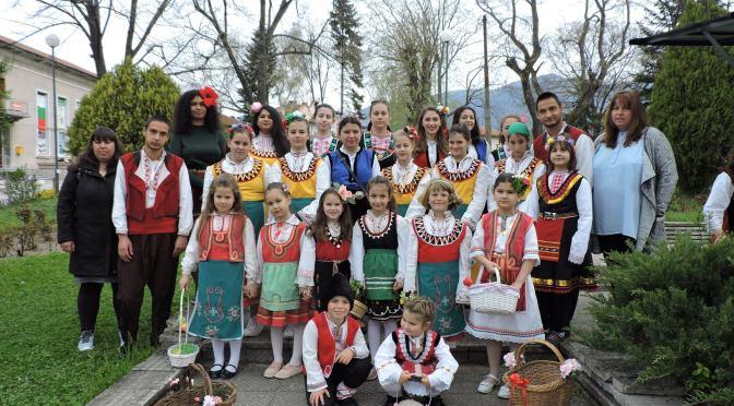 На Лазаровден в Столетово: две групи лазарки обиколиха цялото село